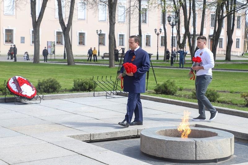 И.п. секретаря НРО «Единой России», губернатор Андрей Никитин возложил цветы к Вечному огню