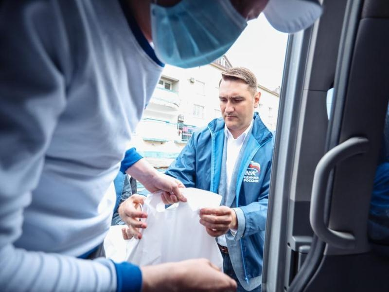 Волонтеры передали чайные наборы анивским врачам
